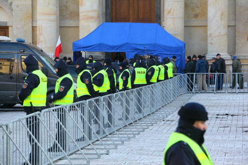 Tabuny policji, barierki... Takiej miesięcznicy jeszcze nie było!