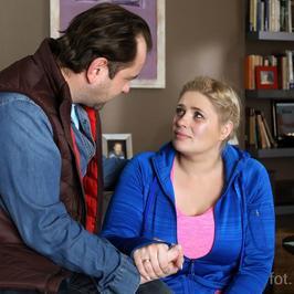"""""""Barwy szczęścia"""": Aldona w końcu wyjawia prawdę. To nie z księdzem miała romans, a... z jego ojcem!"""