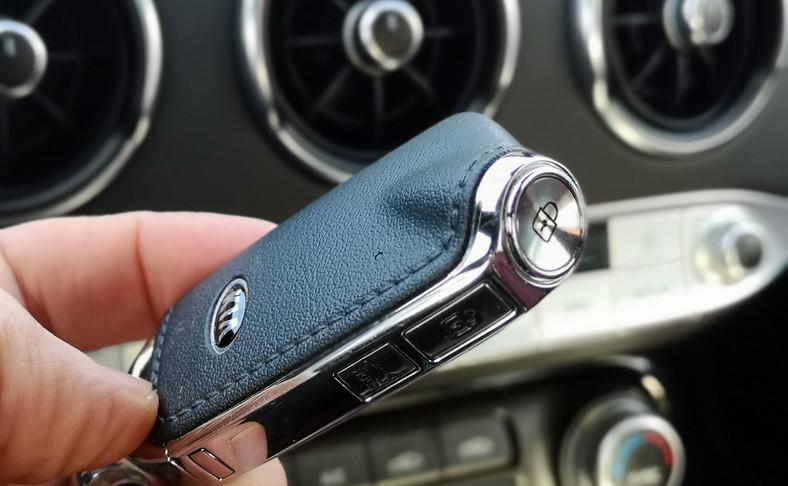 Stinger jest największą perłą w koronie Kia. Tym modelem koreańska marka wjechała na nowe terytorium gran turismo, na którym od aut wymaga się nie tylko wysokiej jakości oraz komfortu, ale również radości z prowadzenia. Jednak przy okazji producent stworzył auto dla osób, które lubią wygodę i emocje. Sprawdziliśmy i niechętnie oddaliśmy kluczyk…
