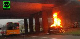 Auto spłonęło na drodze, nie żyje kierowca - film