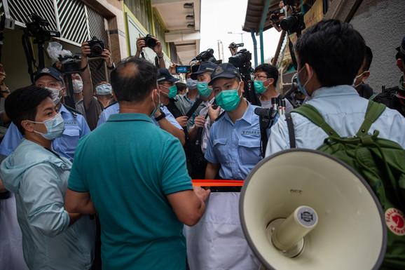 Policija zaustavlja protestni marš