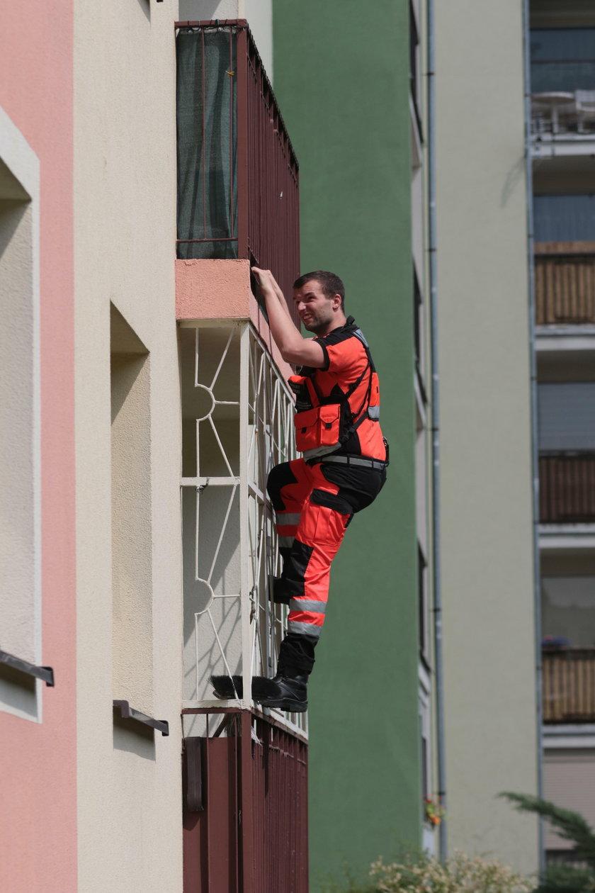 4-latka wezwała pomoc. Lekarz wspiął się po balkonie