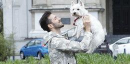 Tak Rafał Maślak bawi się z psem