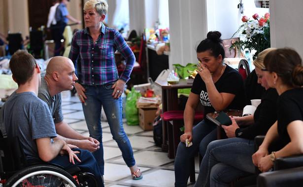 """""""25 maja będzie ogromny protest przed Sejmem, zjadą się rodzice z dziećmi niepełnosprawnymi z całej Polski; tak samo 26 maja, w dzień Matki, będziemy mieli duży protest poparcia. Prosimy aby do tego niedoszło"""" – powiedziała Hartwich."""