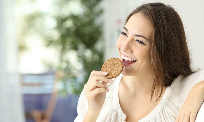Dziewczyna je ciastko