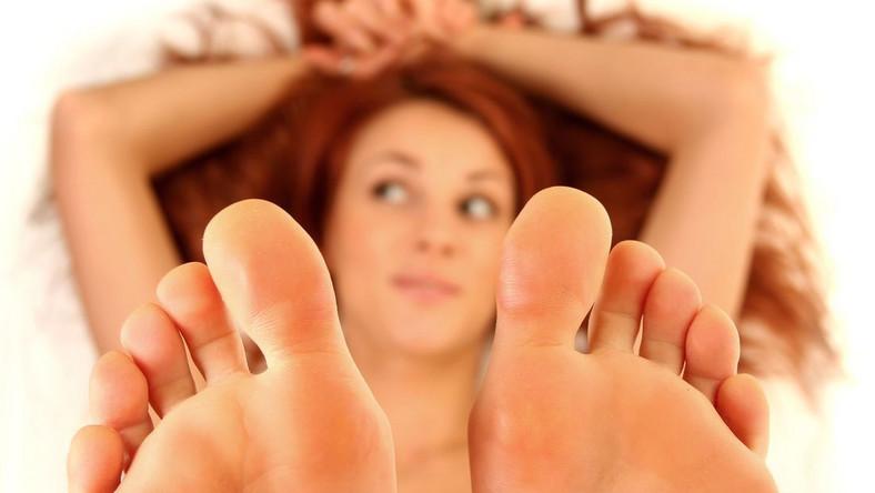 Duże stopy dla wielu kobiet stanowią źródło kompleksów