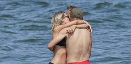 Marcin Mroczek szaleje na plaży w Sopocie w towarzystwie pięknej żony. ZDJĘCIA