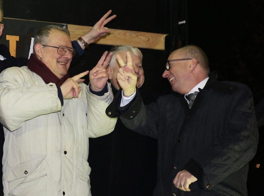 Michnik z opozycją bawi się pod Sejmem