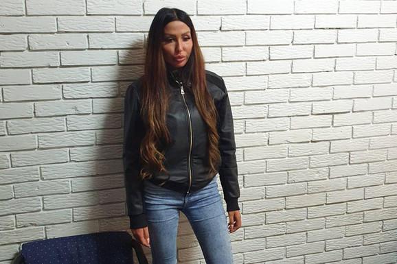 Tijana Ajfon u stanici policije.