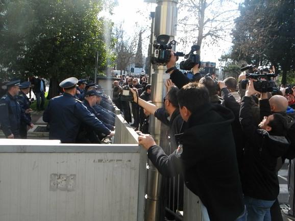 Demonstracije prati veliki broj novinara
