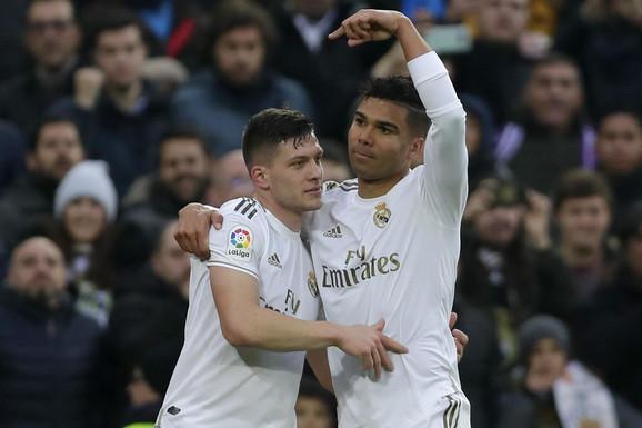 Kazemiro pokazuje na Luku Jovića nakon što mu je srpski fudbaler asistirao za pogodak
