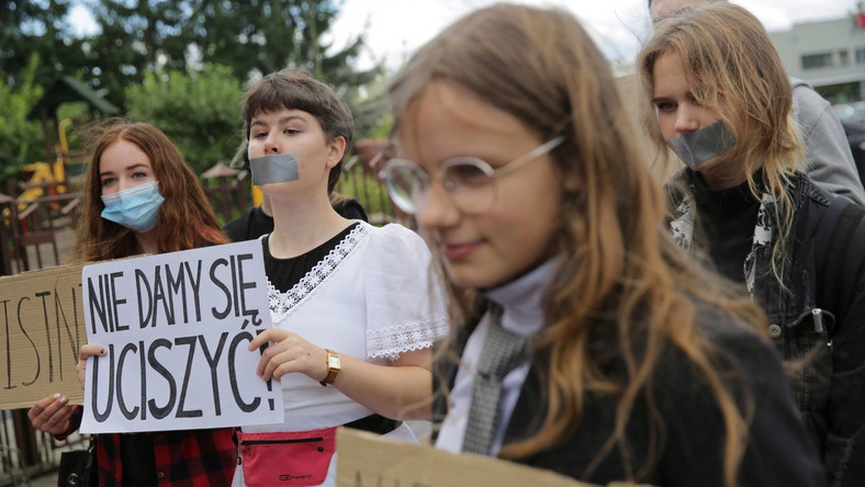 Niemy protest uczniów podczas wizyty Przemysława Czarnka