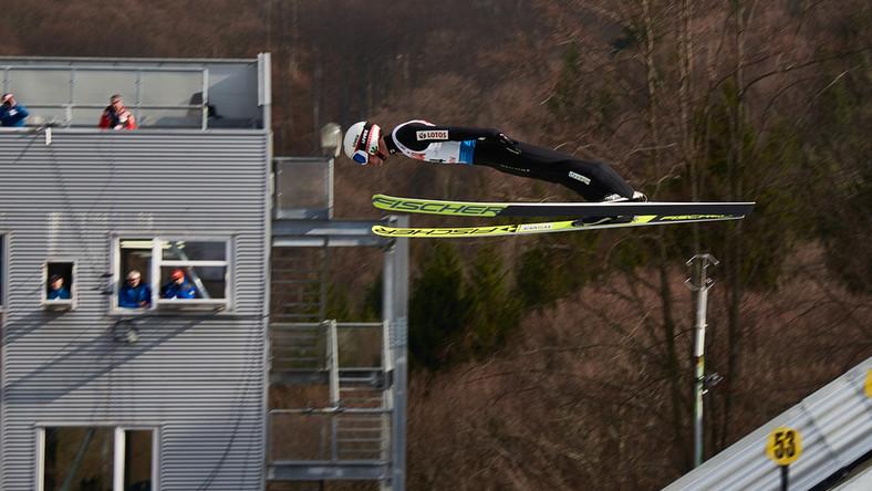 Skoczek narciarski na skoczni w Rasnovie
