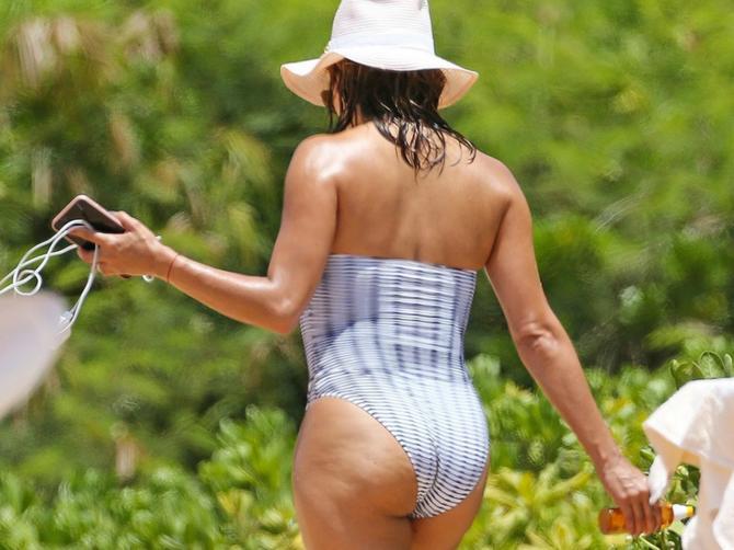 Nema SAVRŠENO TELO, ali kada u 42. godini prošeta plažom, svi gledaju u njenom pravcu!