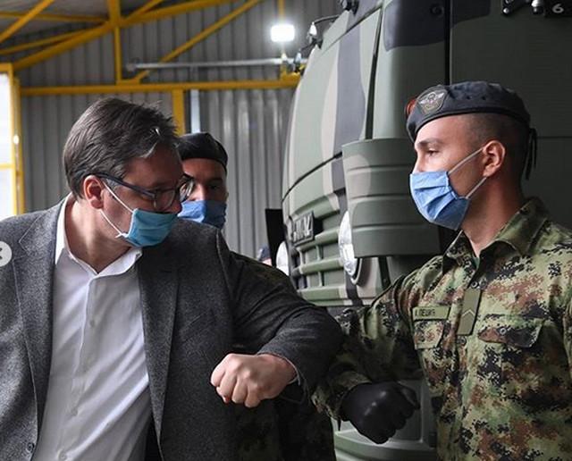 Vučić u poseti raketnoj brigadi
