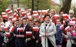 Szydło: Biało-czerwona flaga nas łączy, kiedy niektórzy próbują nas dzielić