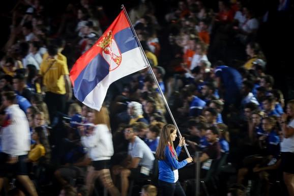 Nina Stanisavljvić nosi zastavu Srbije na zatvaranju EJOF-a u Bakuu
