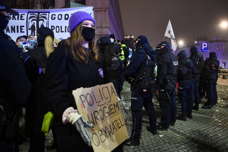 Uczestnicy protestu przeciwko zakazowi przemieszczania się w noc sylwestrową