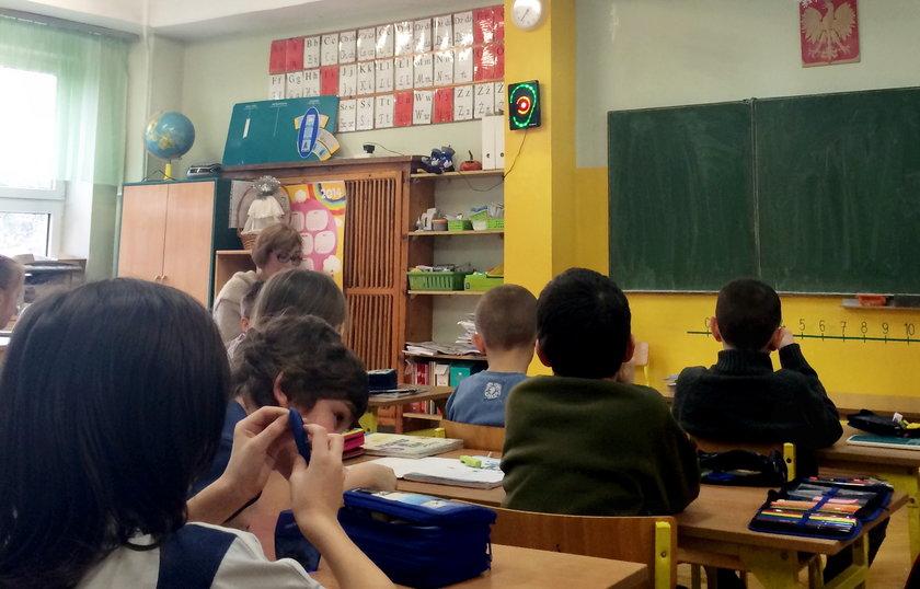 Elektroniczne ucho mierzy natężenie hałasu w klasie