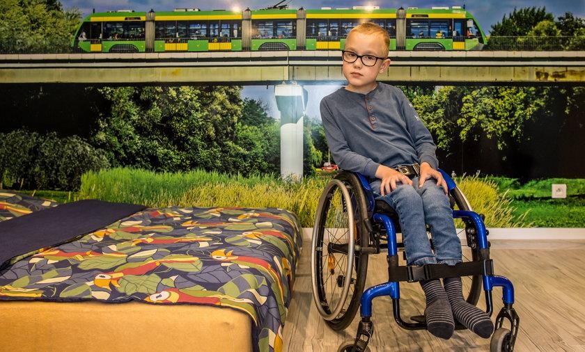 Dzięki uporowi – swojemu i rodziców – jest dziś radosnym chłopcem pasjonującym się kolejnictwem. Pojazdy szynowe – o tym może mówić godzinami.