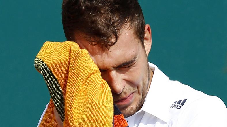 Jerzy Janowicz, klasyfikowany na 21. miejscu w rankingu ATP, ale dużo niżej notowany rywal łato poradził sobie z Polakiem.