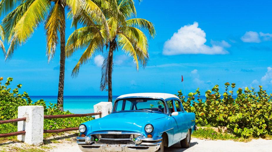 Stare amerykańskie samochody poruszają się po ulicach kubańskich miast do dziś