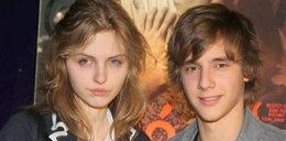 """Młody aktor """"Rodzinki"""" pozował z przyjaciółką. A ona jest..."""