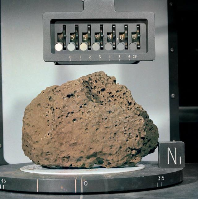 Da bi preneli uzorke astronauti su ostavili svašta za sobom (na slici: kamen donet sa misije Apolo 15 1971.)