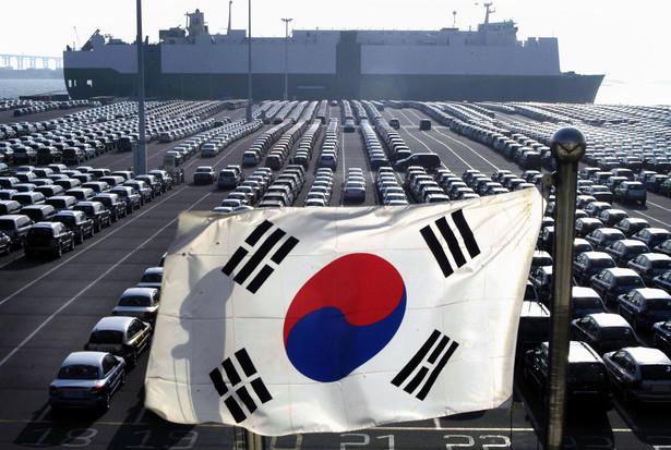 """10. Korea Południowa – 3,3 mld euro; 2,2 proc. całości importu. Pierwszą dziesiątkę najważniejszych partnerów Polski pod względem wielkości importu otwiera Korea Południowa. Jest to jednocześnie jedyny kraj z całej dziesiątki państw, w przypadku którego odnotowano spadek tempa importu w 2011 r. (import zmniejszył się o 8,9 proc.). Jak wynika z danych GUS opracowanych przez KUKE w raporcie """"Handel zagraniczny Polski w 2011 r."""", aż 43 proc. wartości wszystkich importowanych z Korei produktów stanowią maszyny i urządzenia mechaniczne, elektryczne oraz ich części. Przyrządy i aparatura odpowiadają za 31 proc. wszystkich kupowanych tu towarów, a metale nieszlachetne i artykuły z nich stanowią 7,4 proc. całości importu z Korei. Zdjęcie: Flaga Korei Południowej, fot. Seokyong Lee/Bloomberg News"""