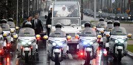 Papież był w niebezpieczeństwie? Nieznany mężczyzna biegnie w jego kierunku i trzyma to w ręce