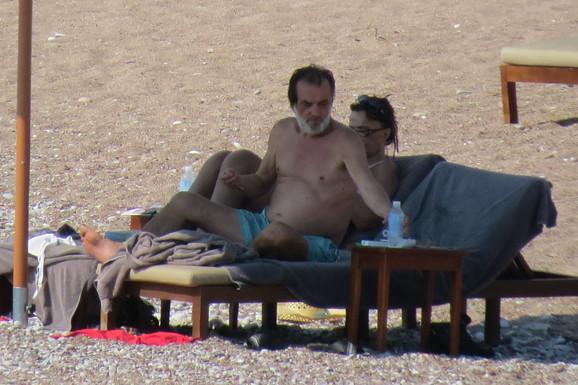 UHVAĆENI Vuk Drašković PAO USRED PLAŽE, a njegova supruga NIKAD ZGODNIJA u osmoj deceniji (VIDEO)