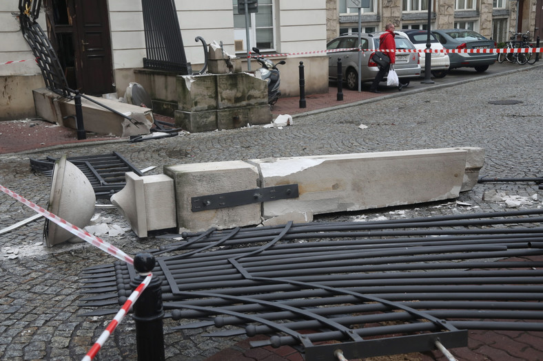 Uszkodzona brama wjazdowa na teren Sejmu