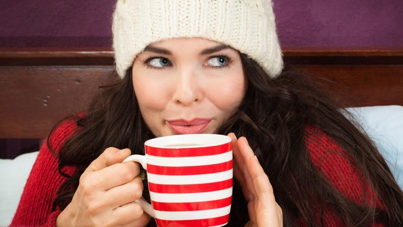 Przemarznięta kobieta pije herbatę