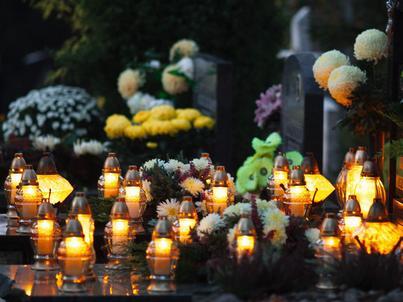 Tradycja zapalania zniczy na grobach jest wciąż żywa w Polsce. Co roku na ten cel Polacy przeznaczają nawet 1 mld zł