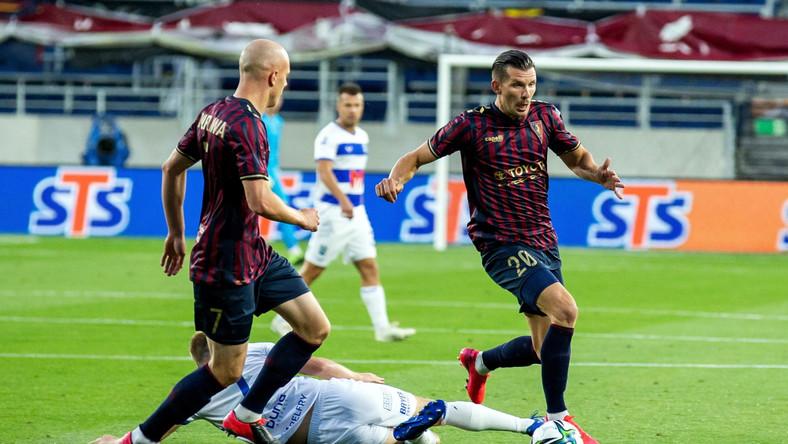 Piłkarze Pogoni Szczecin Rafał Kurzawa (L) i Alexander Gorgon (P) oraz Vedran Jugović (C) z zespołu NK Osijek podczas pierwszego meczu 2. rundy eliminacji Liga Konferencji w Szczecinie