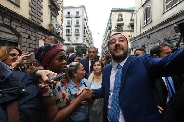 """Salvini, lider prawicowej Ligi, oświadczył: """"Słowa i groźby Junckera oraz innych europejskich biurokratów powodują wzrost spreadu, by zaatakować włoski rząd i gospodarkę""""."""