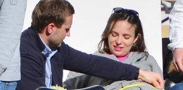 Mąż mierzy ciążowy brzuch Czartoryskiej. Po co?