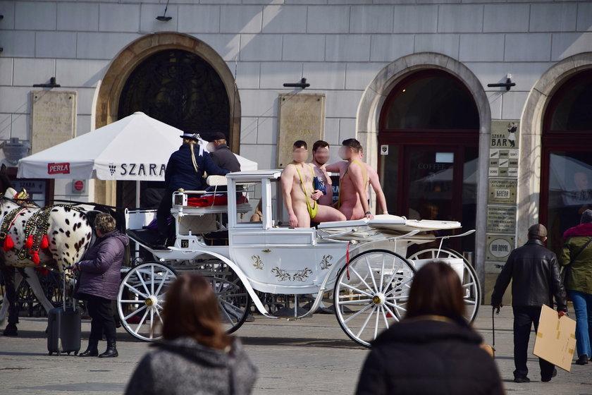 Turyści świecili golizną w centrum Krakowa. Jest kara dla dorożkarza