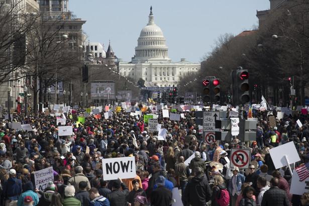 Protesty młodych przeciw dostępowi do broni USA