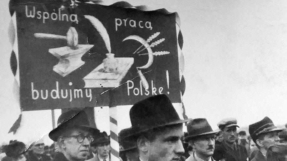 Pierwszomajowy pochód w latach 40. w Barwicach.