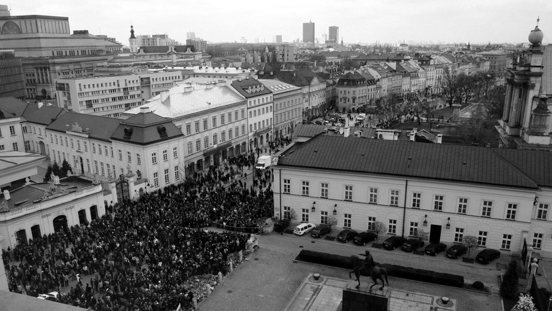 Tysiące osób przed Pałacem Prezydenckim