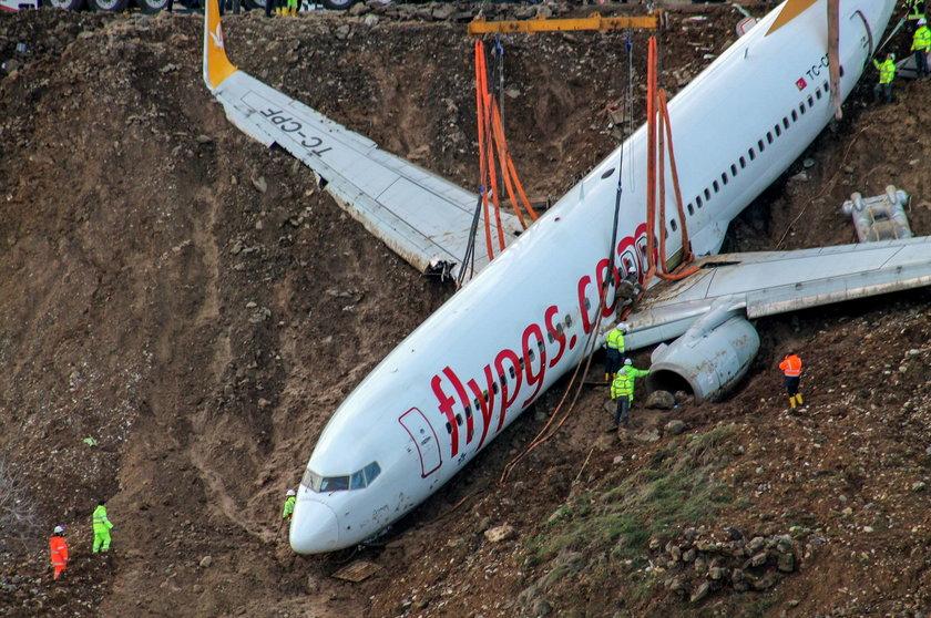 Podnieśli 40-tonowy samolot, który zsunął się z klifu. ZDJĘCIA