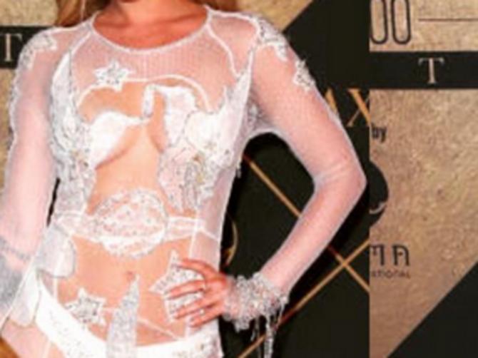 U providnoj haljini pojavila se BEZ BRUSA: A pravi šok sledi kad OKRENE LEĐA