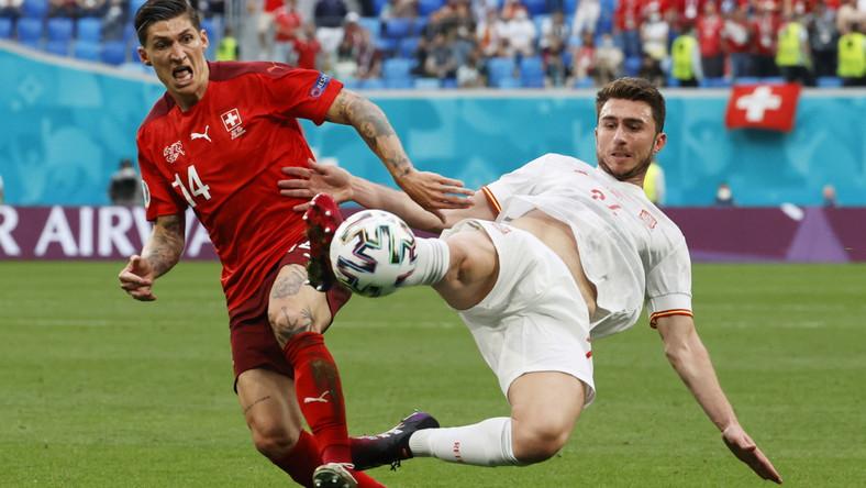 Steven Zuber (L) w starciu z Aymerikiem Laporte (P) podczas meczu Szwajcarii z Hiszpanią