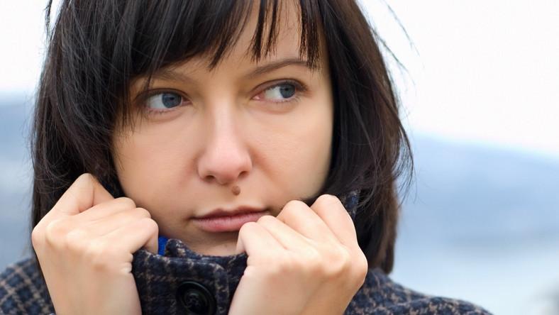 Senność, apatia, zmęczenie, rozdrażnienie, bóle głowy czy stawów towarzyszą nam zwłaszcza na przełomie zimy i wiosny. Odczucia te są skutkiem procesów przestawiania się organizmu z jesienno-zimowego biegu na rytm wiosenno-letni. Zmienia się wówczas sposób funkcjonowania układu krążenia, tętno, częstość oddychania oraz poziom hormonów, które wpływają na nastrój