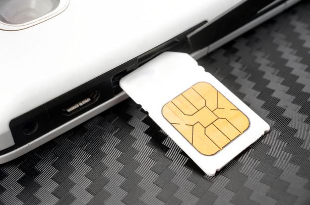 Ustawa o działaniach antyterrorystycznych zmienia między innymi przepisy ustawy Prawo telekomunikacyjne wprowadzając deanonimizację przedpłaconych kart telefonicznych.