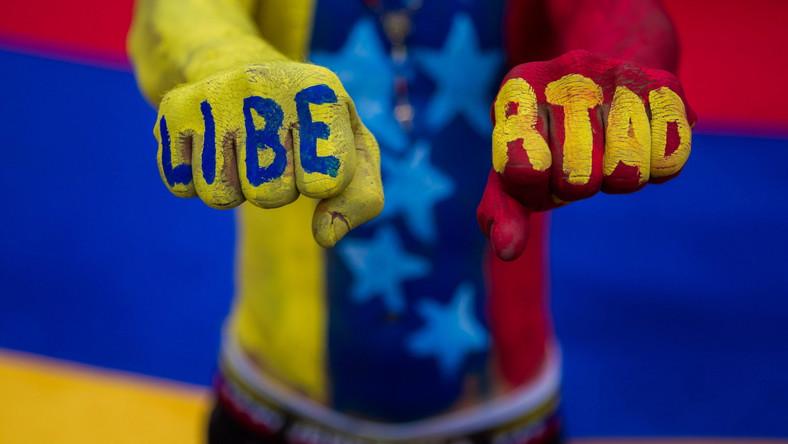 Krajem, który najmocniej dotyka spadek cen ropy naftowej, jest Wenezuela - posiadacz największych na świecie złóż. Aby budżet się równoważył, baryłka ropy powinna kosztować ok. 140 dolarów, a nie niespełna 60. W efekcie spadku cen oraz fatalnej polityki gospodarczej Wenezuela ma dziś największy na świecie deficyt budżetowy, a bankructwo kraju w ciągu najbliższych 12 miesięcy jest bardzo realnym scenariuszem.