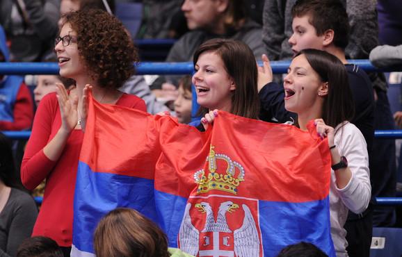 Navijačice sa zastavom Srbije