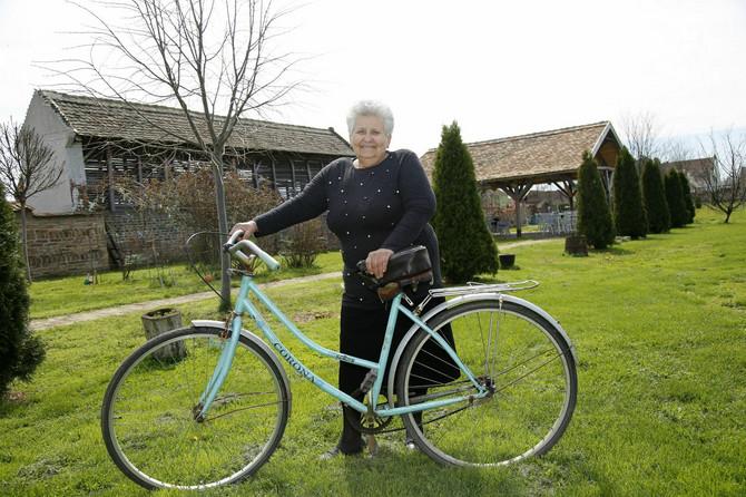 I do prodavnice i do prijateljice, kud god pođe, baka Ivanka ide na svom biciklu