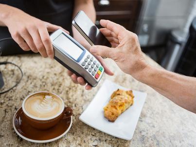 Aplikacje mobilne banków coraz częściej pozwalają na płatności smartfonem